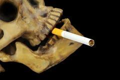 Het roken het doden of houdt op rokend conceptueel beeld met schedel stock foto
