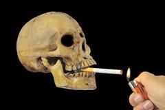 Het roken het doden of houdt op rokend conceptueel beeld met schedel Stock Foto's