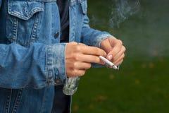 Het roken van een sigaret en het drinken Stock Foto's