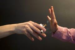 Het roken van moeder - handen Stock Fotografie