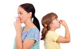 Het roken van sigaretten is gevaarlijk aan de gezondheid Royalty-vrije Stock Afbeeldingen
