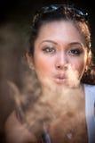 Het rokende meisje van de aantrekkingskracht Royalty-vrije Stock Afbeeldingen