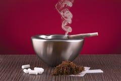Het rollen, het asbakje en de sigaar van het snuifje Stock Fotografie