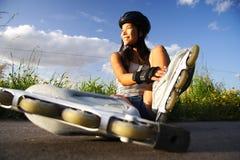 Het rollerblading van de vrouw stock foto