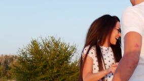 Het Romaanse Concept, Jong Paar, Holdingshanden loopt blootvoets op zand, vrouw die de hand van haar minnaar, looppas vooruit hou stock footage