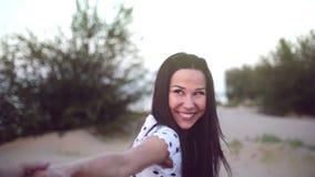 Het Romaanse Concept, Jong Paar, Holdingshanden loopt blootvoets op zand, vrouw die de hand van haar minnaar, looppas vooruit hou stock videobeelden