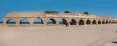 Het Roman aquaduct van Caesarea dichtbij Hadera, Israël royalty-vrije stock afbeelding