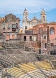 Het roman theater in Catanië, met de Kerk van St Francis van Assisi op de achtergrond sicilië stock foto
