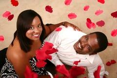 Het romantische Afrikaanse Amerikaanse het Letten op van het Paar Vallen Stock Foto