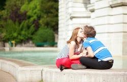 Het romantische het dateren paar kussen Stock Foto's