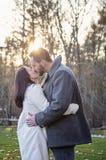 Het romantische jonge paar kussen buiten op een koude dalingsdag stock afbeeldingen