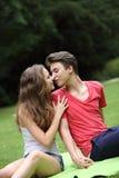 Het romantische jonge tienerpaar kussen Stock Afbeeldingen
