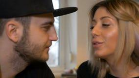 Het romantische ogenblik met vrouw het drinken koffie en vriend kust haar stock footage