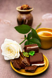 Het romantische ontbijt met wit nam en chocolade toe Stock Foto's