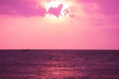 het romantische overzees betrekt purple stock foto's