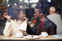Het romantische paar brengt samen tijd in de koffie door Royalty-vrije Stock Afbeeldingen