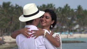 Het romantische paar dansen stock videobeelden