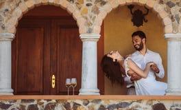 Het romantische paar dansen royalty-vrije stock foto's