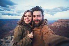 Het romantische paar of de vrienden tonen duimen en maken selfie foto op reis wandelend in Grand Canyon in Arizona Royalty-vrije Stock Fotografie