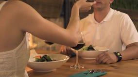 Het romantische paar dinning in elegant restaurant Jonge vrouwen voedende vriend bij romantisch diner in avondrestaurant stock footage
