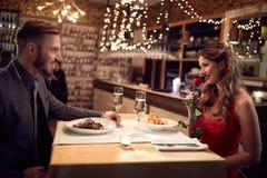 Het romantische paar heeft diner in restaurant royalty-vrije stock foto