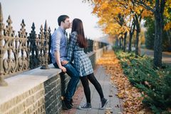 Het romantische paar kussen in de herfstpark Stock Foto