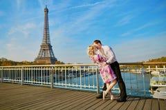 Het romantische paar kussen dichtbij de toren van Eiffel in Parijs, Frankrijk stock afbeelding