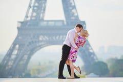 Het romantische paar kussen dichtbij de toren van Eiffel in Parijs, Frankrijk royalty-vrije stock afbeeldingen