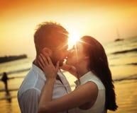 Het romantische paar kussen op een heet, tropisch strand royalty-vrije stock afbeeldingen