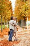 Het romantische paar kussen op een mooie dalingsdag Stock Foto