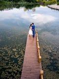 Het romantische paar kussen in het park stock fotografie