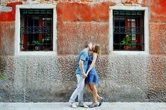 Het romantische paar kussen in Venetië, Italië Stock Afbeelding