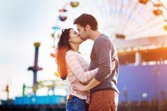 Het romantische paar kussen voor santa Monica stock afbeeldingen