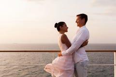 Het romantische paar omhelzen Stock Afbeeldingen