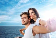 Het romantische paar ontspannen op de veerboot Royalty-vrije Stock Afbeelding