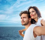 Het romantische paar ontspannen op de veerboot Stock Afbeeldingen
