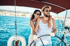 Het romantische paar op een jacht geniet van heldere zonnige dag op vakantie stock afbeeldingen