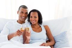 Het romantische paar roosteren met Champagne Stock Foto's