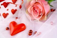 Het romantische rode hart en nam toe Stock Afbeeldingen
