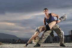 Het romantische stedelijke paar openlucht dansen royalty-vrije stock afbeeldingen
