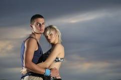 Het romantische stedelijke paar openlucht dansen royalty-vrije stock foto's
