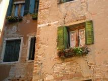 Het romantische venster van Venetië in Italië Stock Foto