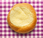 Het ronde broodje van het zure roomdessert stock afbeelding