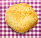 Het ronde broodje van het zure roomdessert stock afbeeldingen