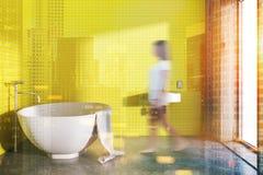 Het ronde gestemde binnenland van de badkuip gele badkamers Stock Fotografie