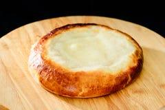 Het ronde heerlijke broodje van het zure roomdessert op houten raad, donkere bac royalty-vrije stock foto's