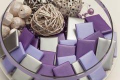 Het ronde hoogtepunt van de glaskom van verpakte chocolade en decoratie stock fotografie