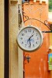 Het ronde straathorloge hangen op de muur Royalty-vrije Stock Afbeeldingen