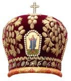 Het rood bewerkt - plechtig hoofddeksel van orthodoxe bisho in verstek Stock Fotografie