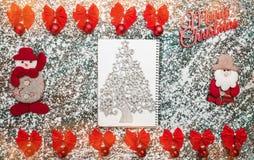 Het rood buigt binnen, rode bollen, decoratief met de hand gemaakt boomspeelgoed, Vrolijk Kerstmisteken, en een altijdgroene bloc royalty-vrije stock foto's